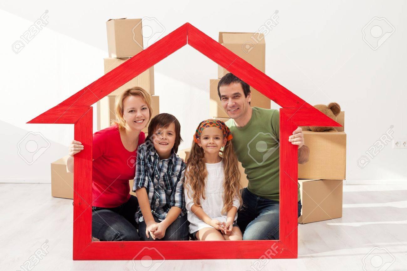 Familia Con El Retrato De Los Niños En Su Nuevo Hogar - Con Cajas De ...
