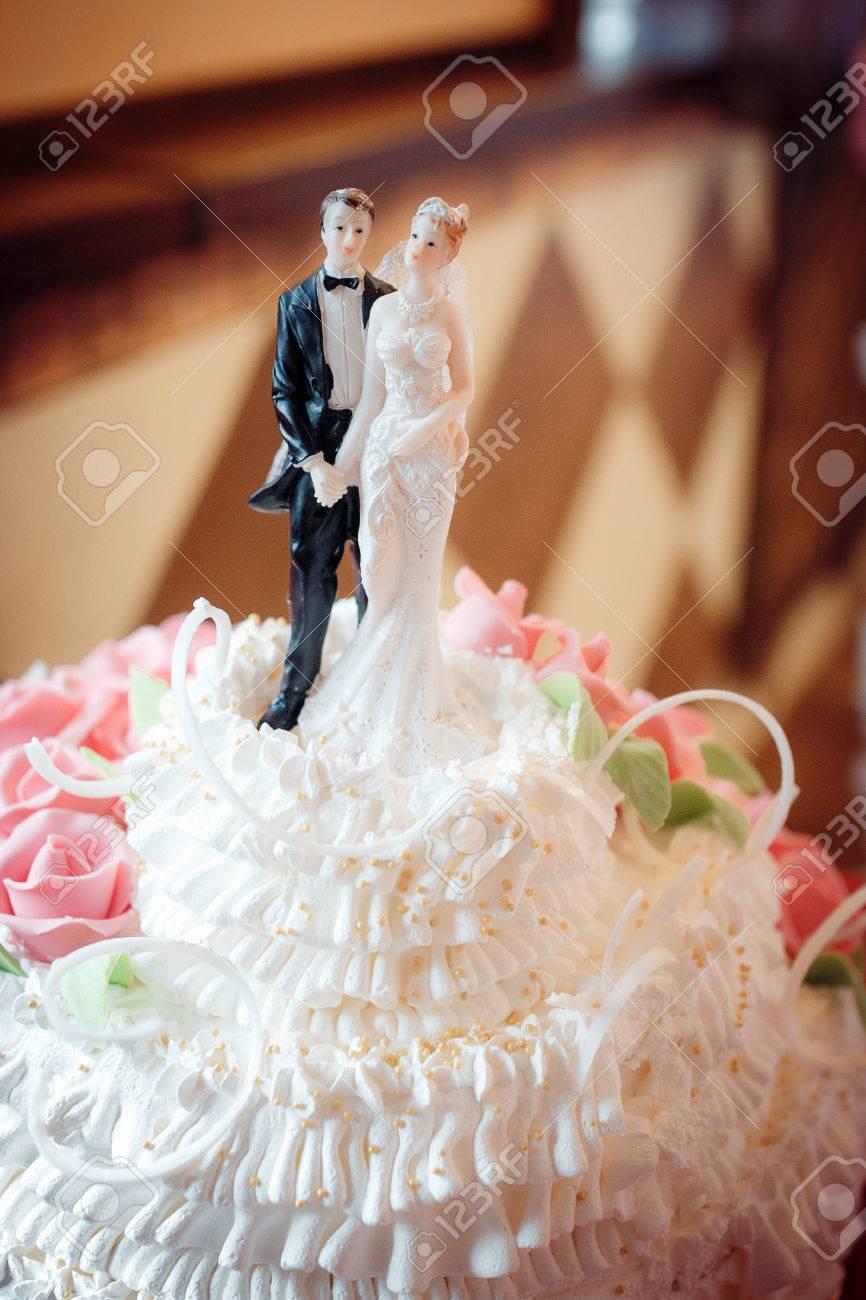 Klassische Figuren Auf Einer Hochzeitstorte Das Brautpaar Weiss
