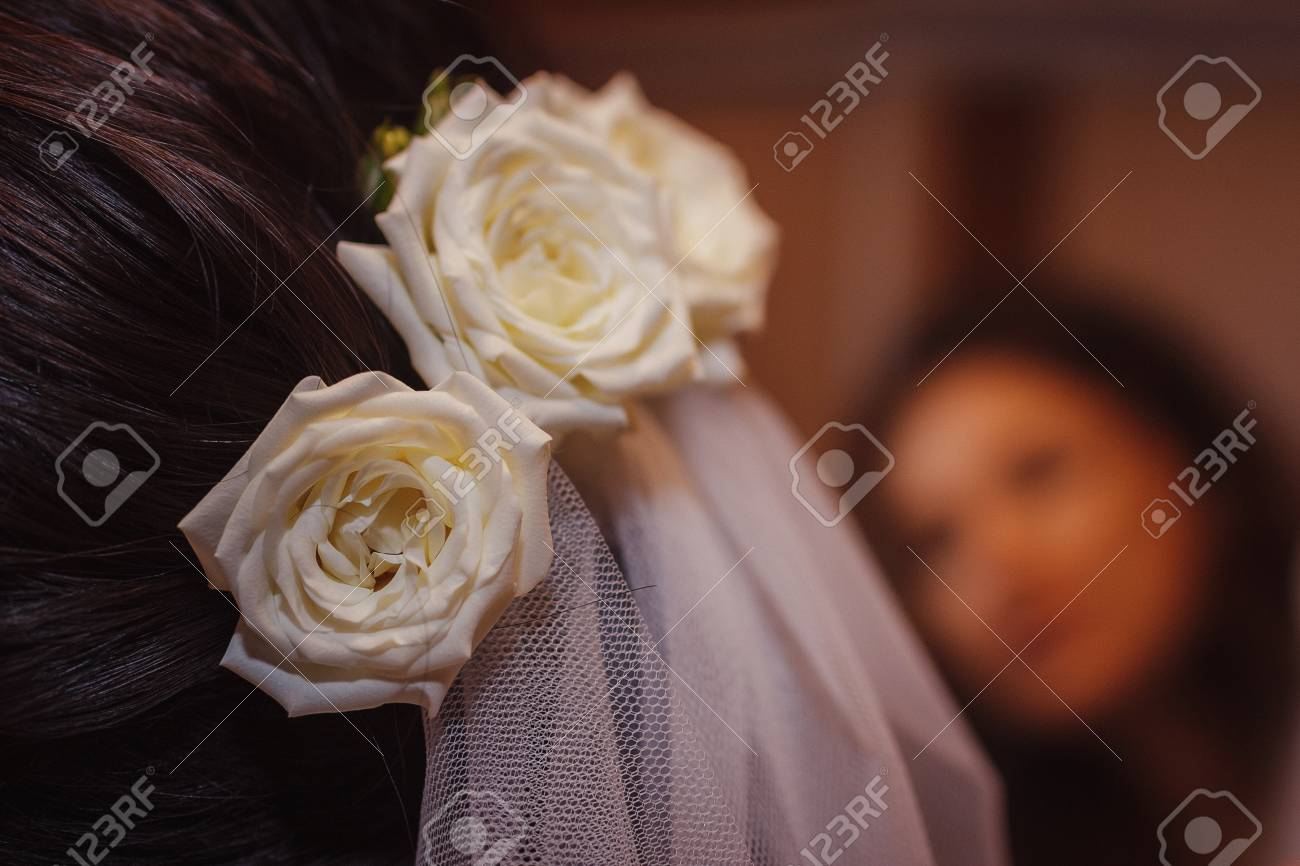White Roses In Bride S Hair Hair Style For A Wedding