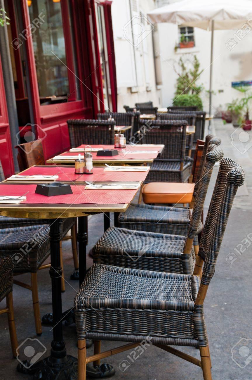 Street View D Une Terrasse De Café Avec Tables Et Chaises Paris France