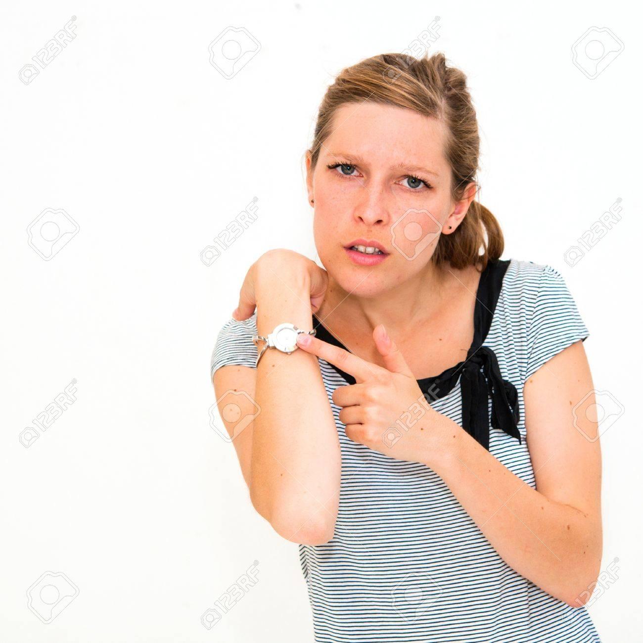 Armbanduhr am arm frau  Schöne Junge Frau über Die Zeit Auf Ihrer Armbanduhr Lizenzfreie ...