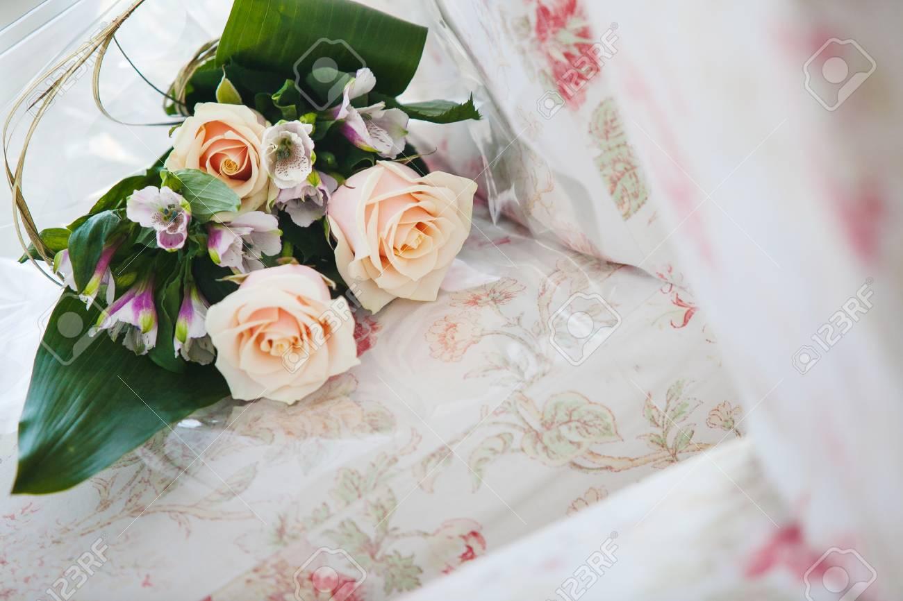 Bouquet De Mariee Aux Roses Beiges Et Orchidees Pourpres