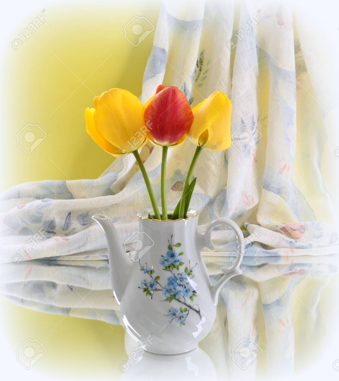 Beautiful Spring Flowers In A Vase Lizenzfreie Fotos Bilder Und