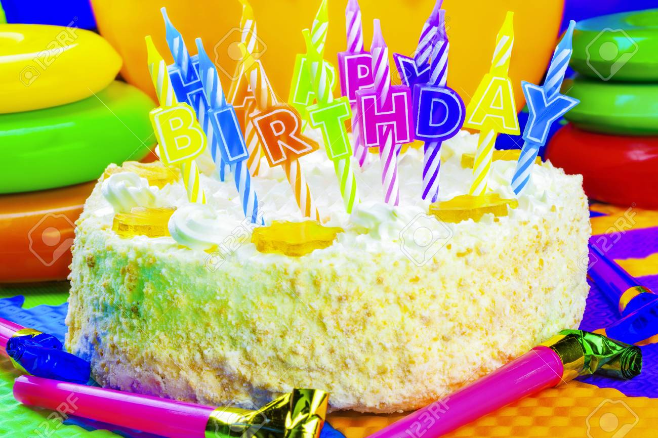 Candles on the birthday cake Stock Photo - 28151226