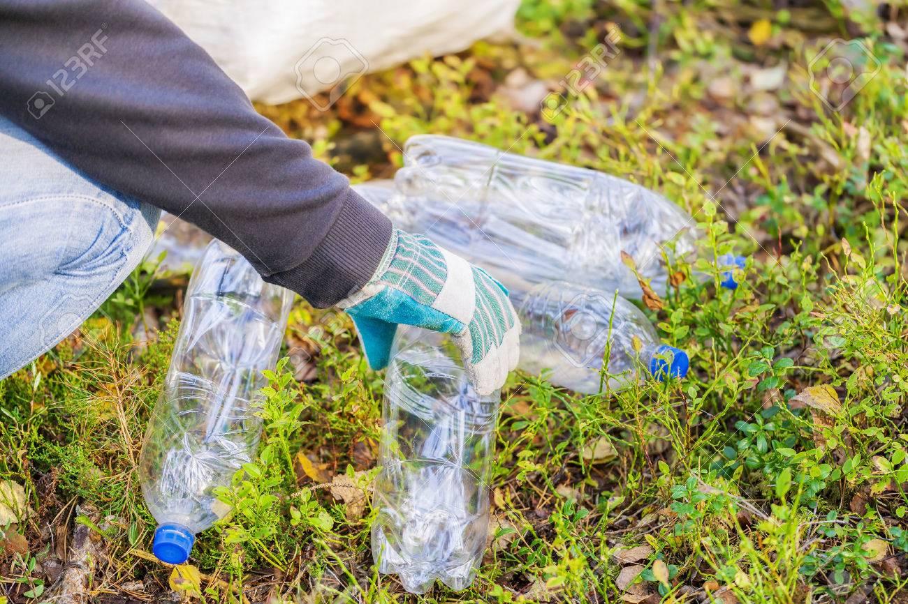 Hombre Con El Bolso De Recoger Botellas De Plástico Usadas Fotos ...