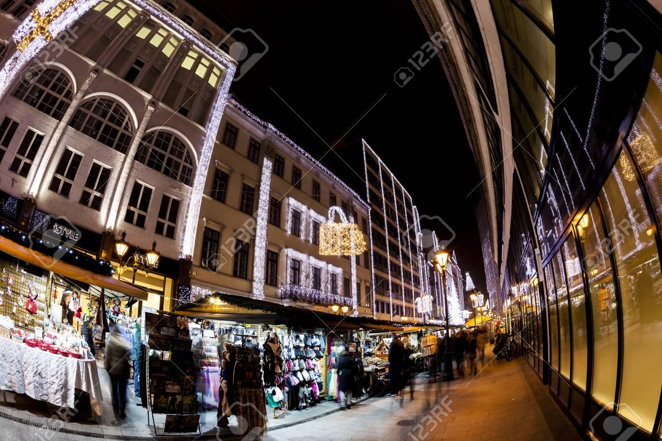 BUDAPEST, UNGARN - 19. DEZEMBER 2015: Touristen Genießen Den ...