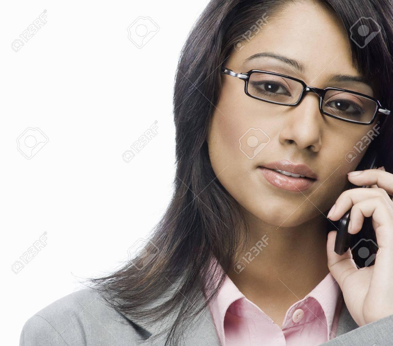 Portrait d'une femme d'affaires parlant sur un téléphone mobile Banque d'images - 10124949
