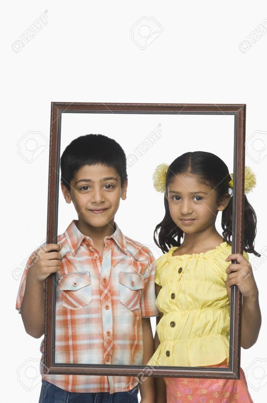 Portrait Eines Jungen Und Ein Mädchen Mit Einem Leeren Bilderrahmen ...