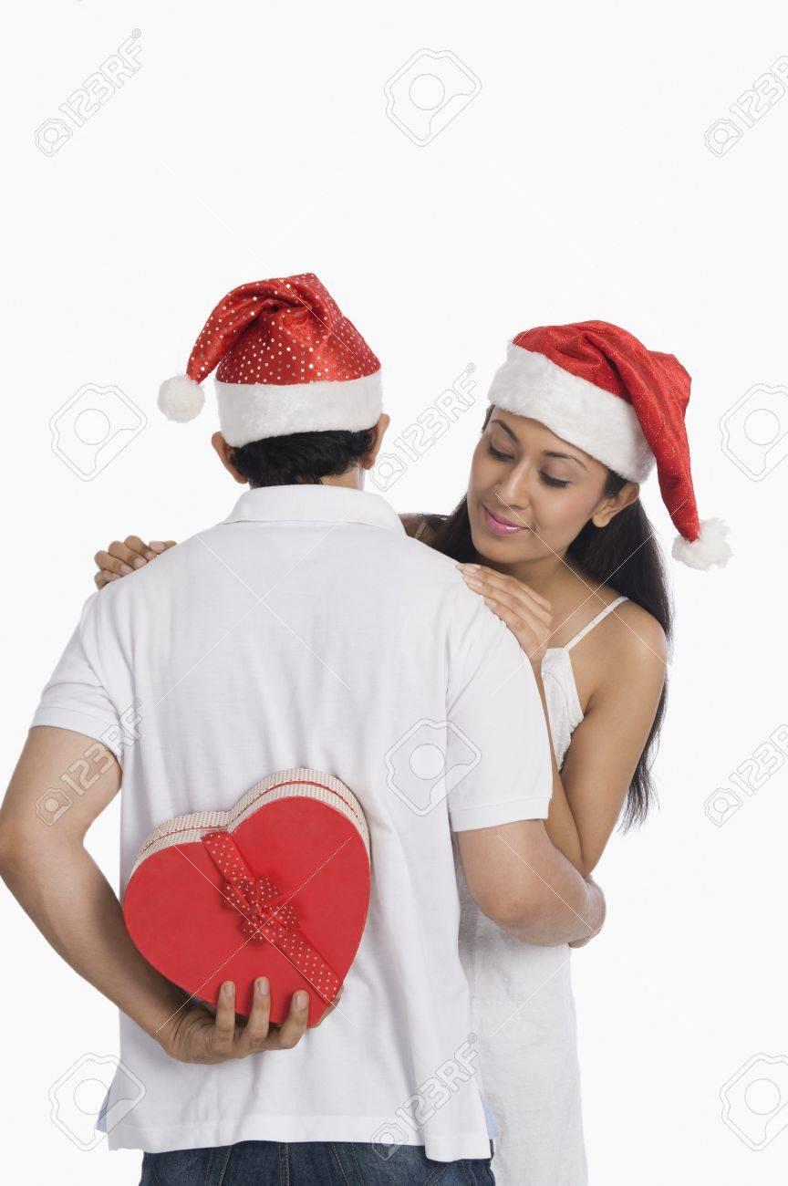 L'homme Se Cachant Un Cadeau De Noël Pour Surprendre Sa Petite