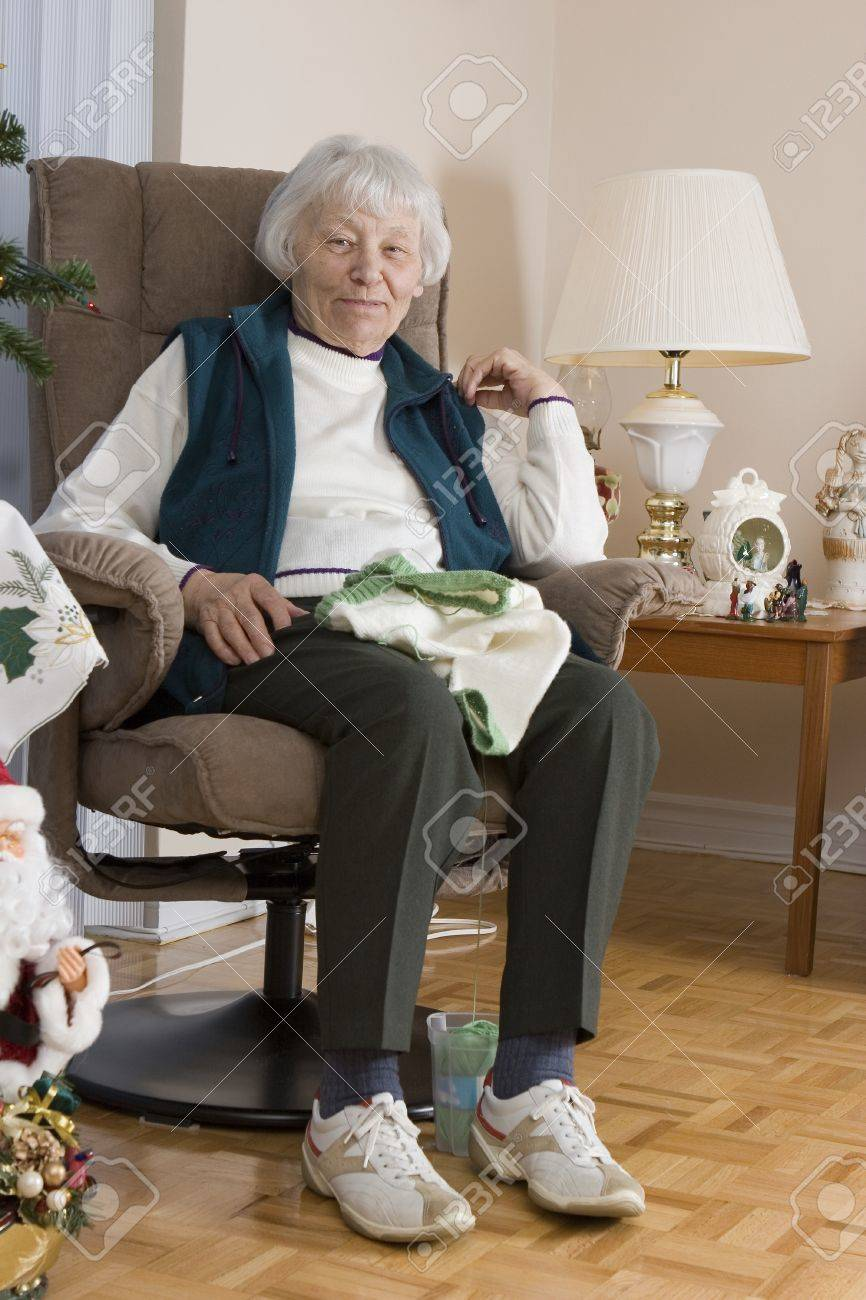 Senior woman knitting vertical Stock Photo - 11133563