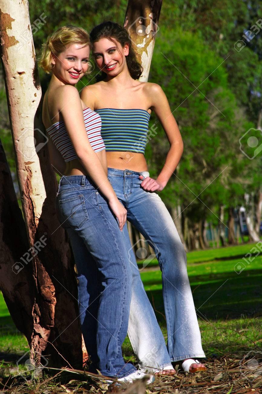 Mujer Dos En Blusas De Tubo Y Pantalones Vaqueros De Pie Junto A Un Arbol Fotos Retratos Imagenes Y Fotografia De Archivo Libres De Derecho Image 38950089