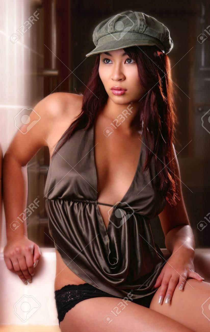 Mujer Posando Con Poca Ropa En El Baño