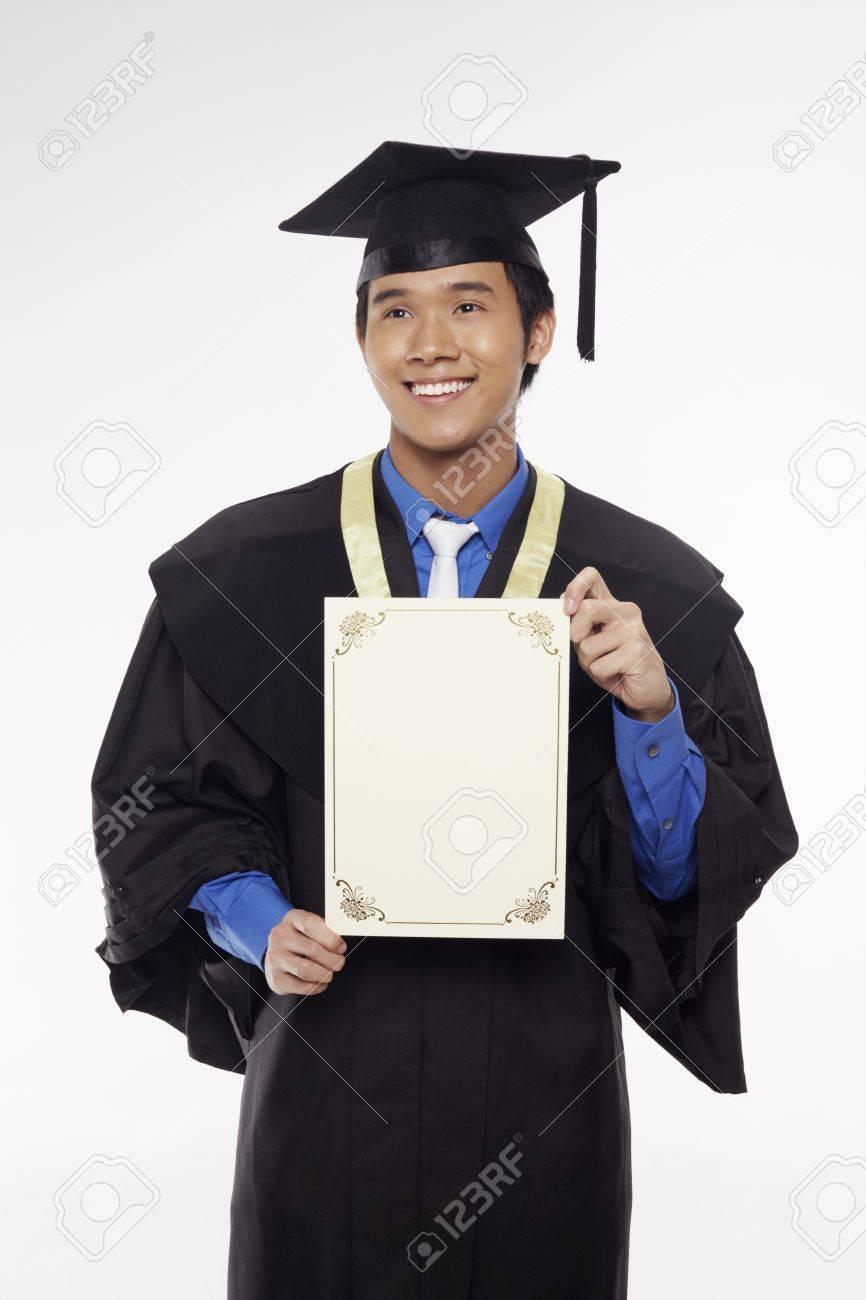 c1bab87eb Foto de archivo - Hombre en traje de graduación celebración certificado en  blanco
