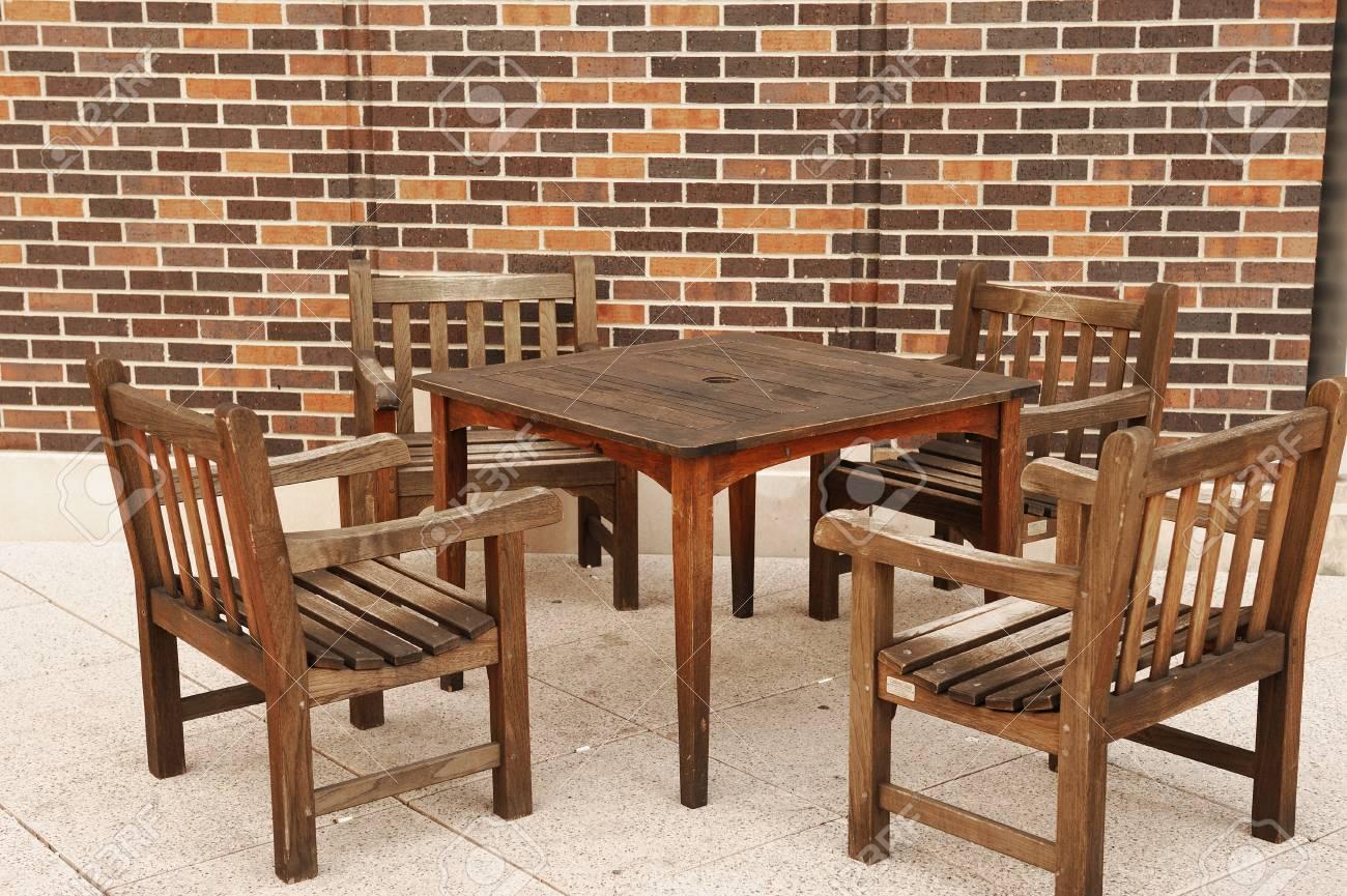 Meubles De Patio Table Et Chaises En Bois D Exterieur Banque D Images Et Photos Libres De Droits Image 62589214