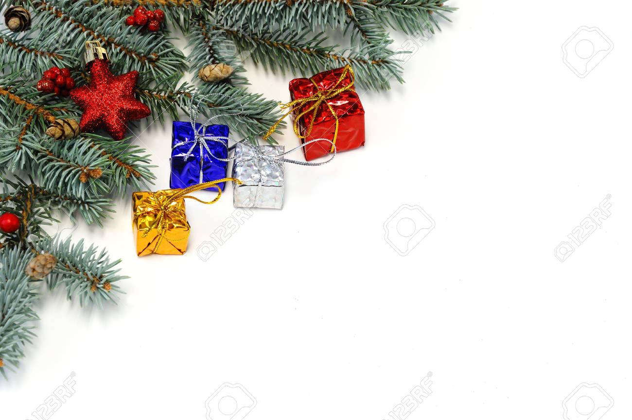 Weihnachtsbaum Blatt Und Geschenk-Boxen Isoliert Auf Weißem ...