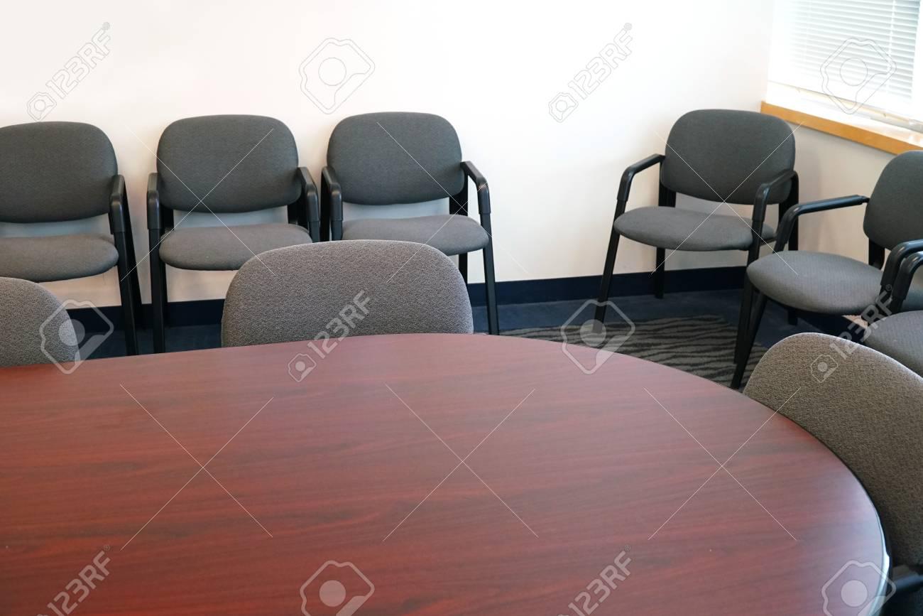 Primo piano sulla sala riunioni con tavolo e sedie foto royalty