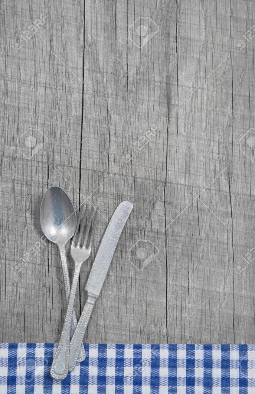 Löffel, Gabel Und Messer Auf Holz Shabby Landhausstil Hintergrund ...