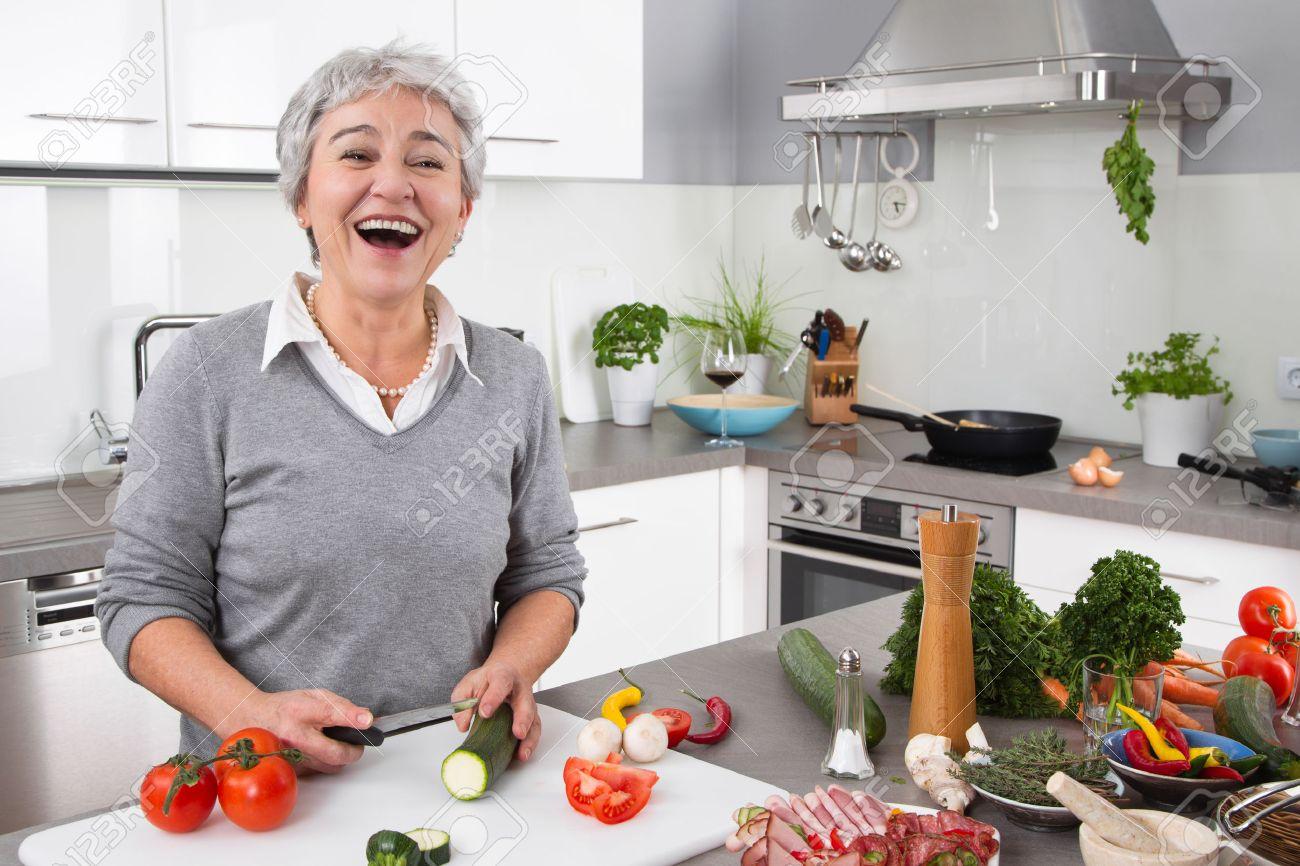 Senior Of Oudere Vrouw Met Grijs Haar Koken In De Keuken ...