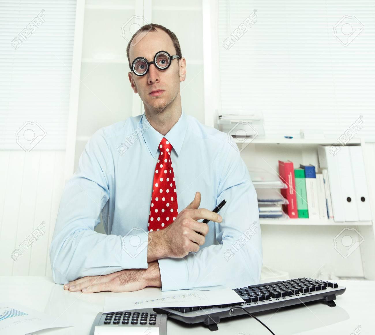 保険や銀行 - 物知り顔で働く青...