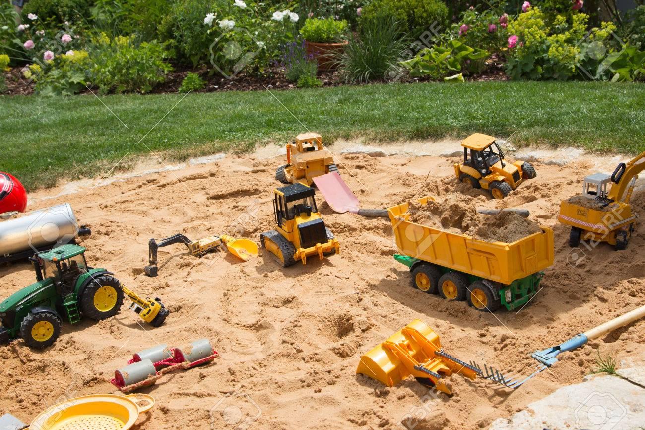 Favorit Sandkasten Im Garten Mit Verschiedenen Sandspiel Thinggs - Outdoor MV54