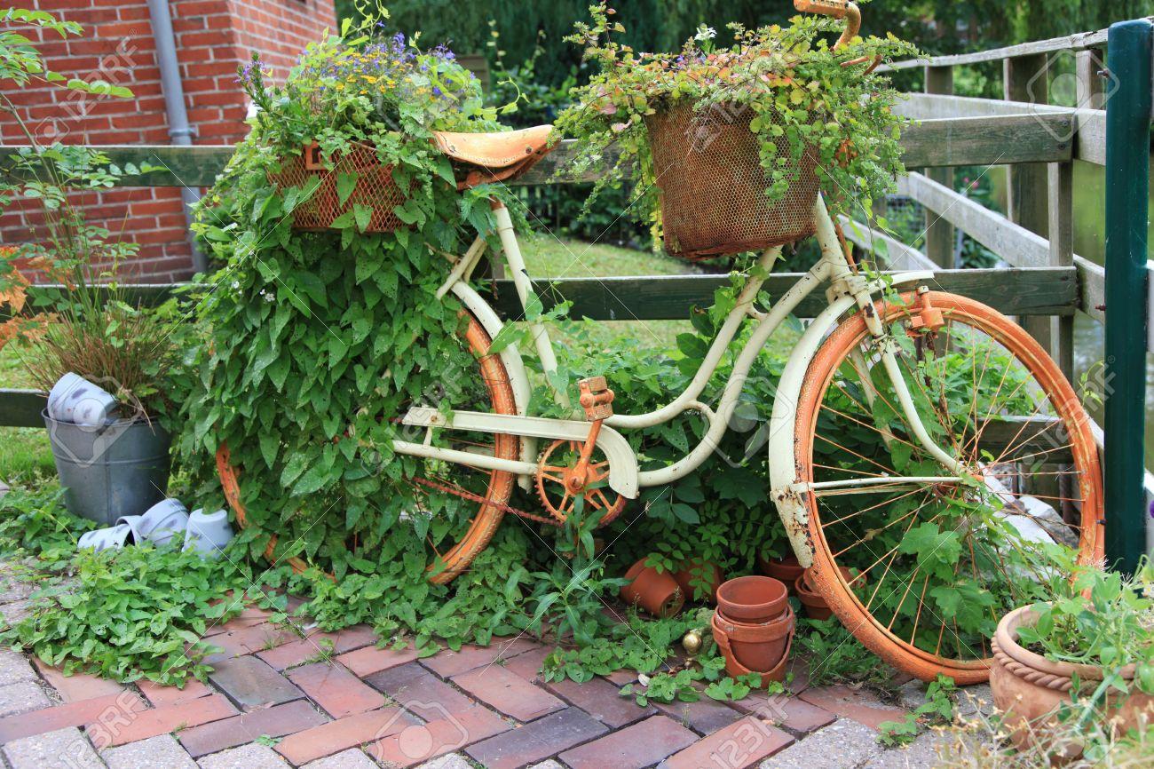 Vieux vélo du marché aux puces: décoration pour le jardin dans le style du  pays.