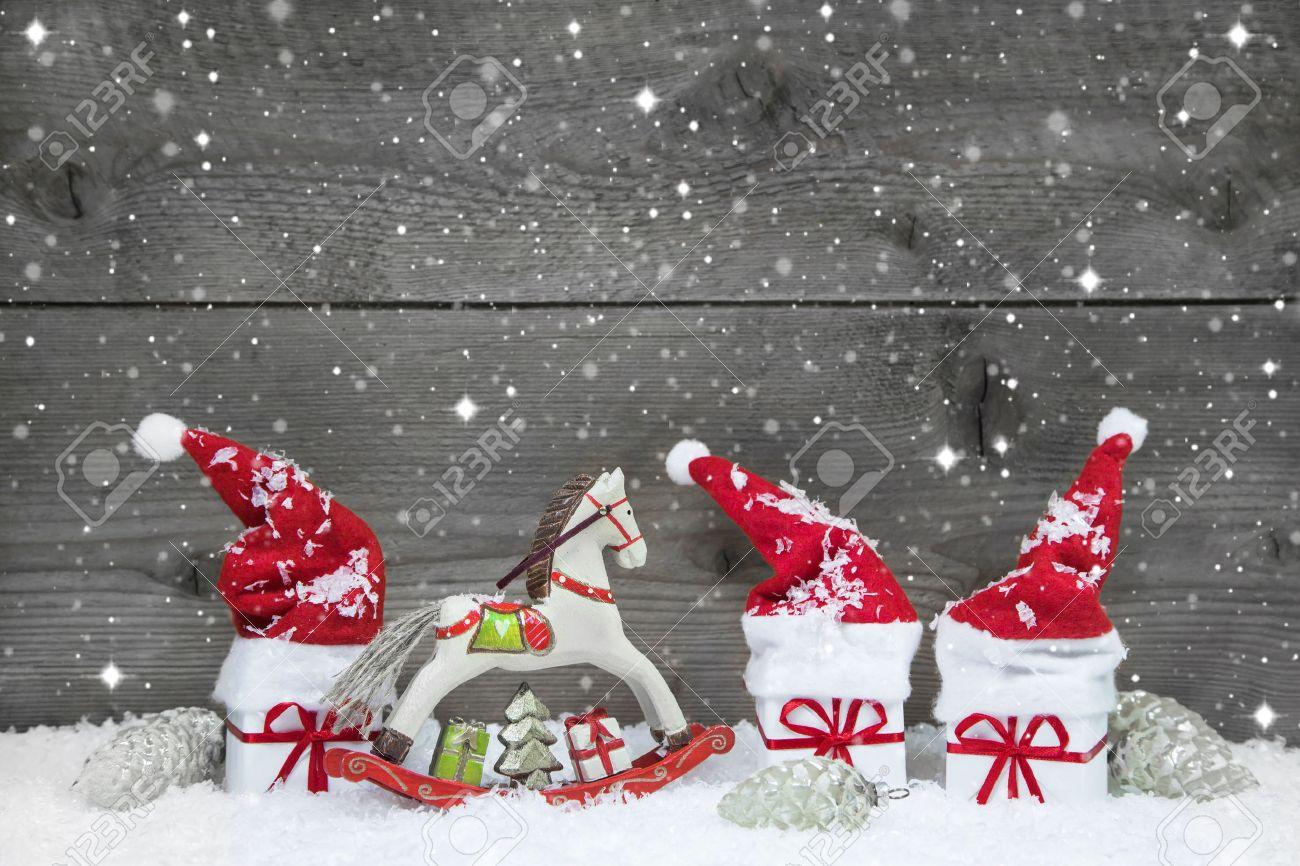 Holz Weihnachten Hintergrund In Grau Mit Roten Hüten, Geschenken Und ...