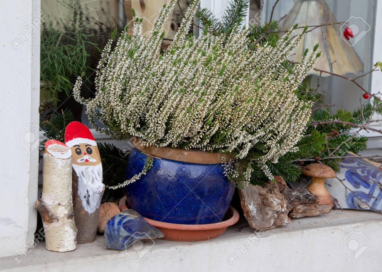 Fensterbank Aussen Mit Heidekraut Und Sankt Fur Weihnachten Dekoriert