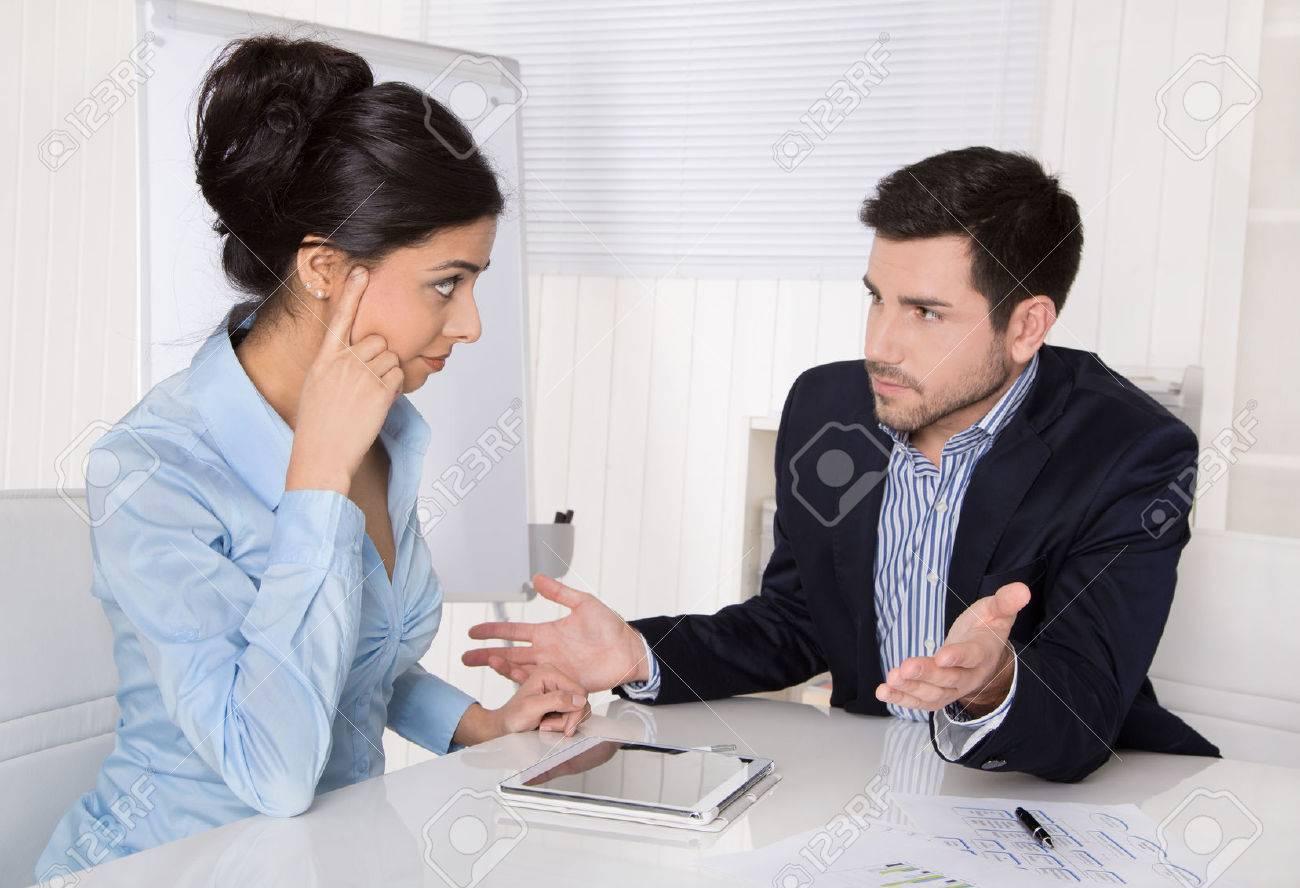 Des conflits et des problèmes sur le lieu de travail: discuter patron et stagiaire dans une réunion. Banque d'images - 33450386