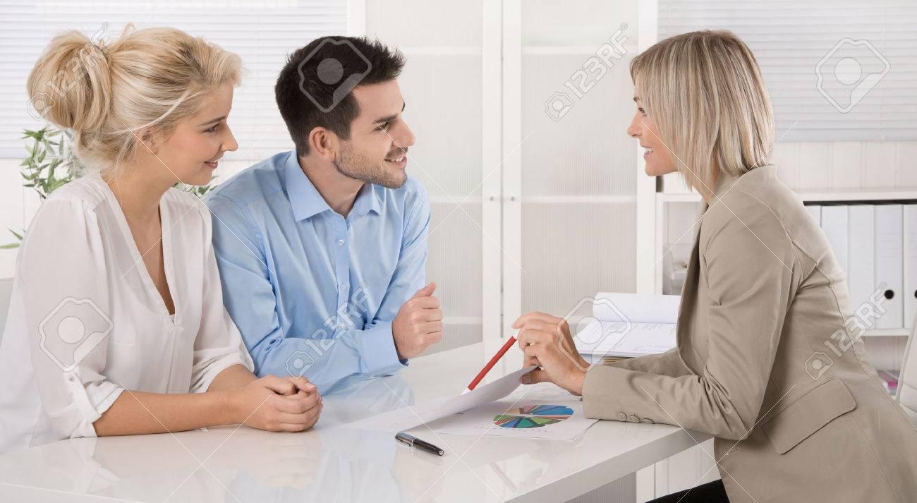 Jeune couple assis avec un conseiller au bureau dans un guide ou une réunion d'affaires professionnel planification de leur prestation de vieillesse d'un. Banque d'images - 33741867