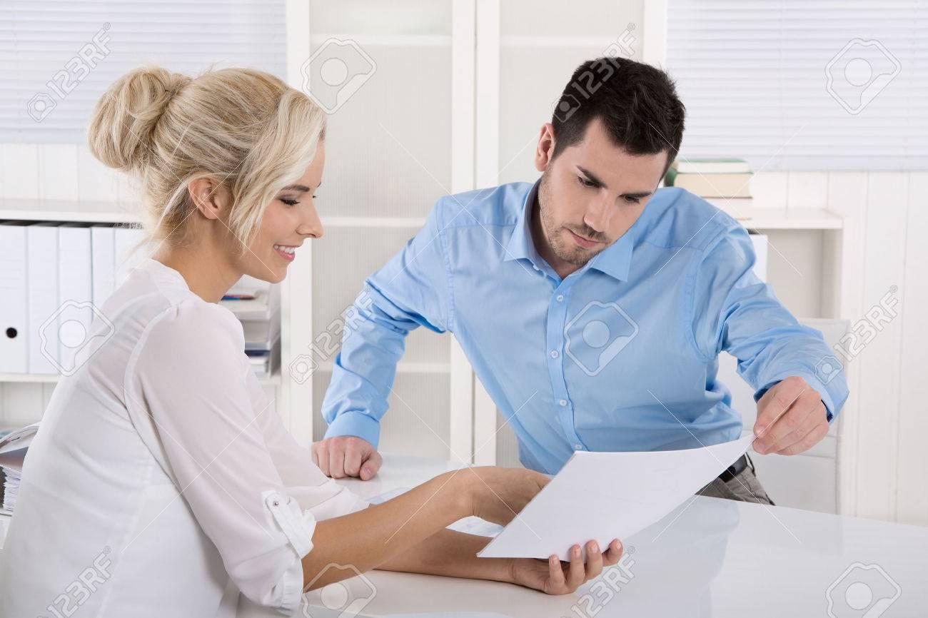 Deux hommes d'affaires assis dans le travail de bureau dans une équipe regardant bilan ou rapport d'évaluation. Banque d'images - 33747409