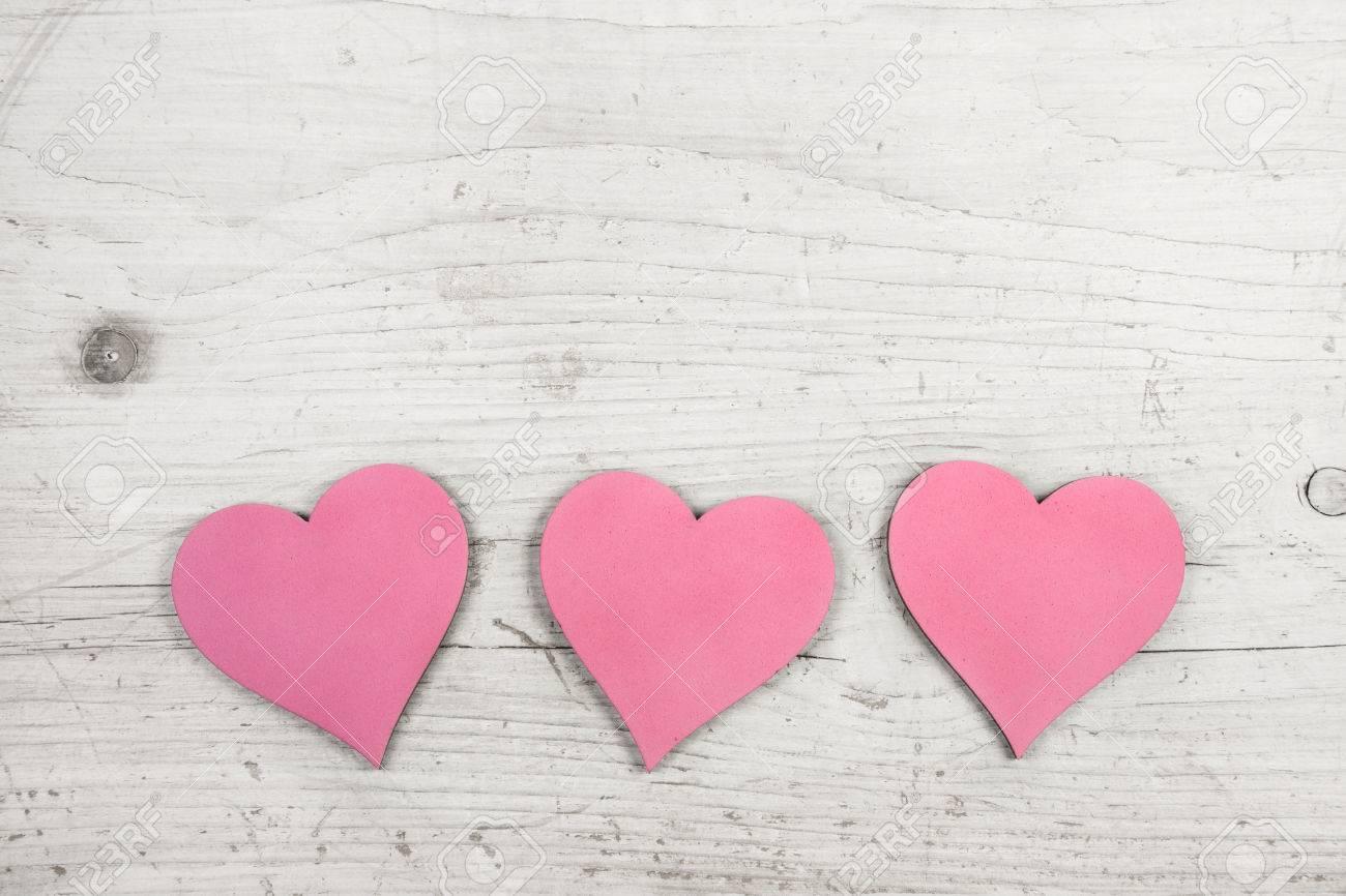 Bevorzugt Drei Rosa Herzen Auf Alten Holz Weiß Shabby Chic Hintergrund Für YU46