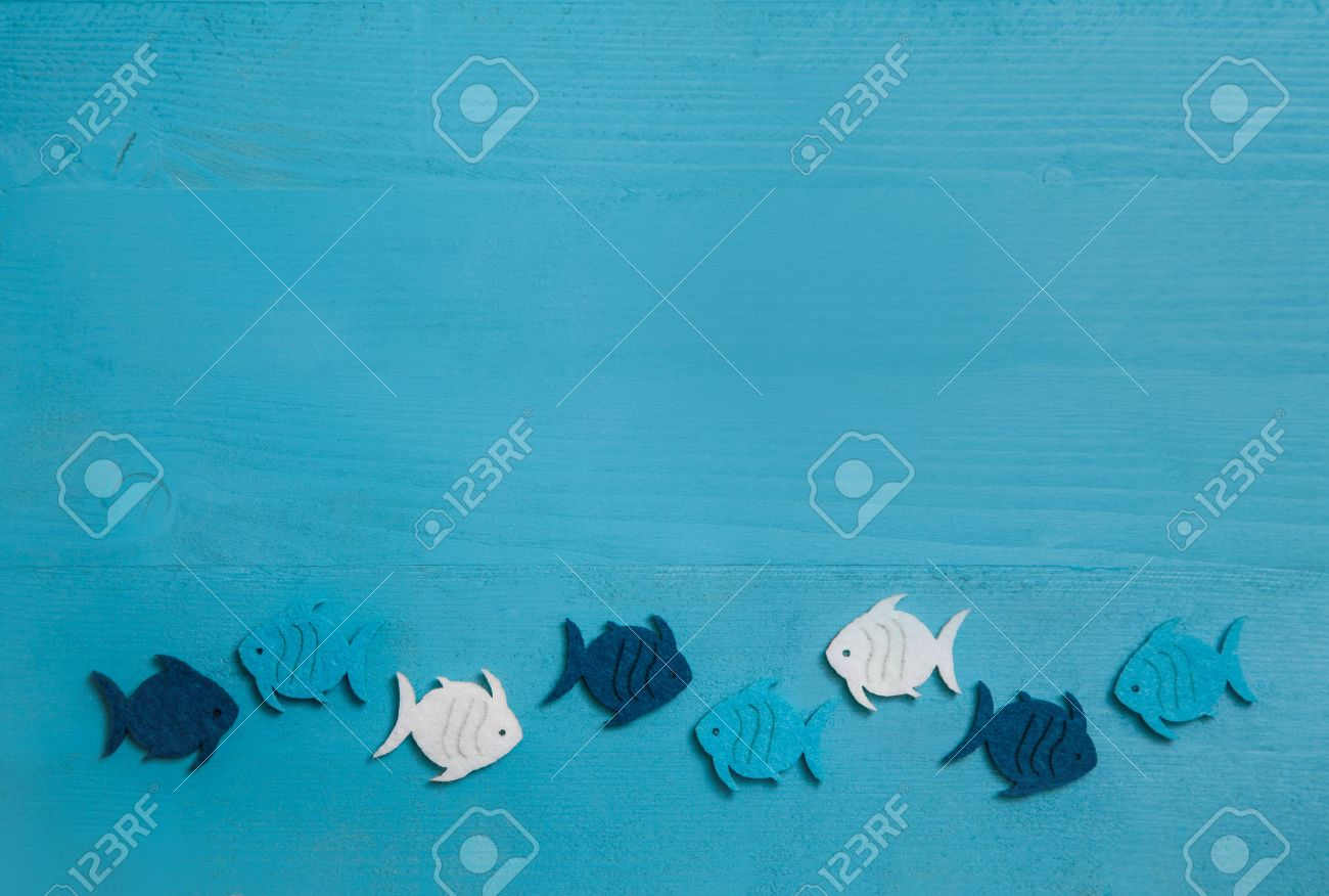 Wooden blue and turquoise background with fishes in a group. Idea for teamwork or baptism, communion or confirmation. Banque d'images - 38238722