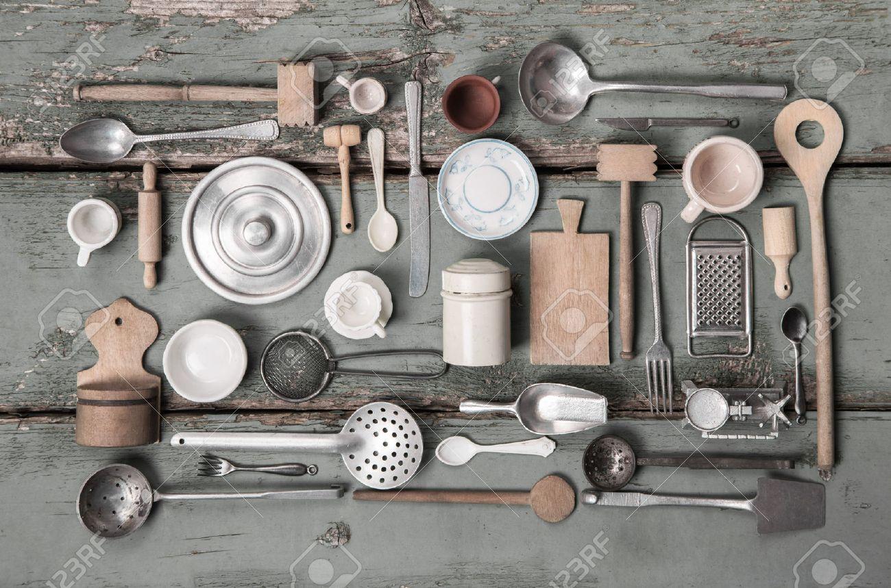Miniatures anciennes de matériel de cuisine pour la décoration dans le style vintage. Banque d'images - 42962089