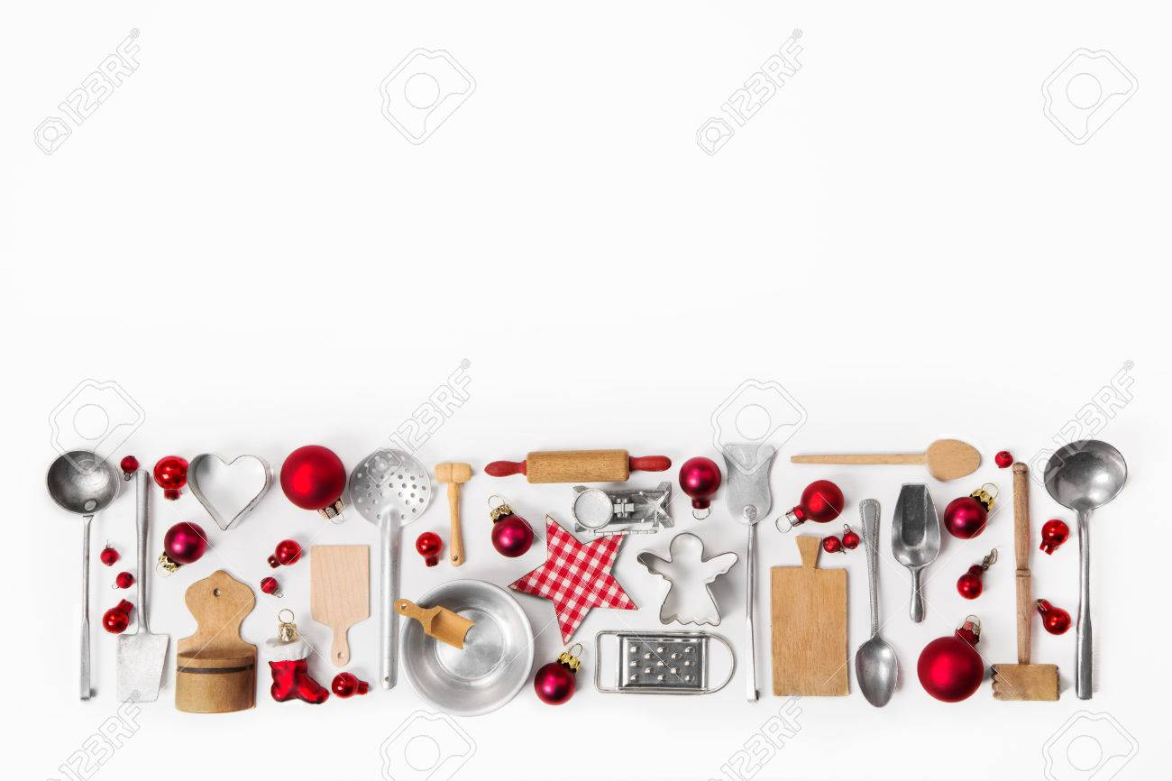Xmas decoration of old red, white and silver cutlery and dishes. Banque d'images - 44430681