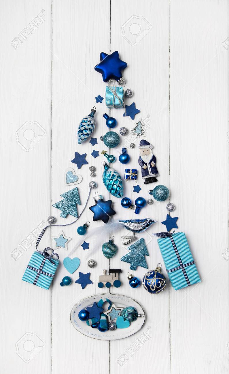 Blue and turquoise christmas tree of small miniatures on white wooden background for decoration in modern style. Banque d'images - 46274984