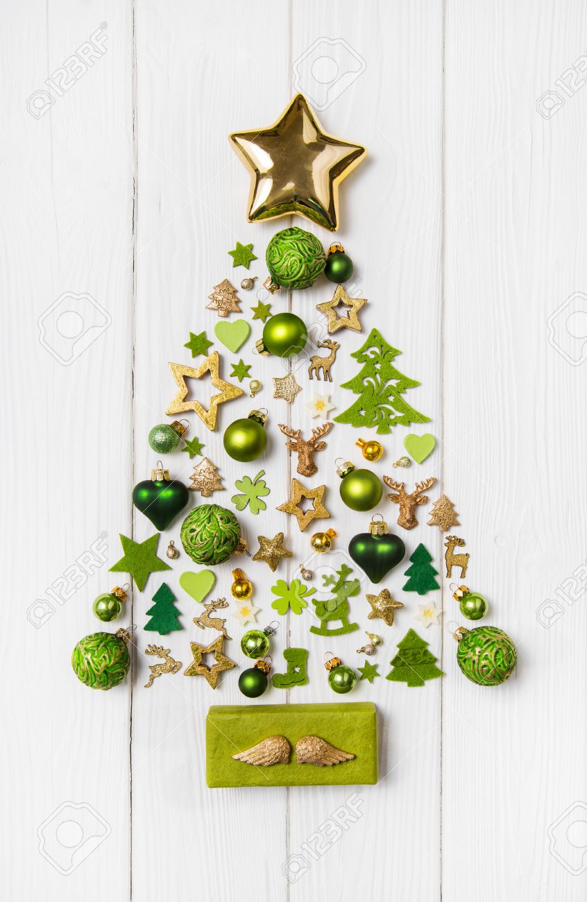 Festive christmas decoration in light green, white and golden color. Collection of xmas miniatures. Banque d'images - 46275189