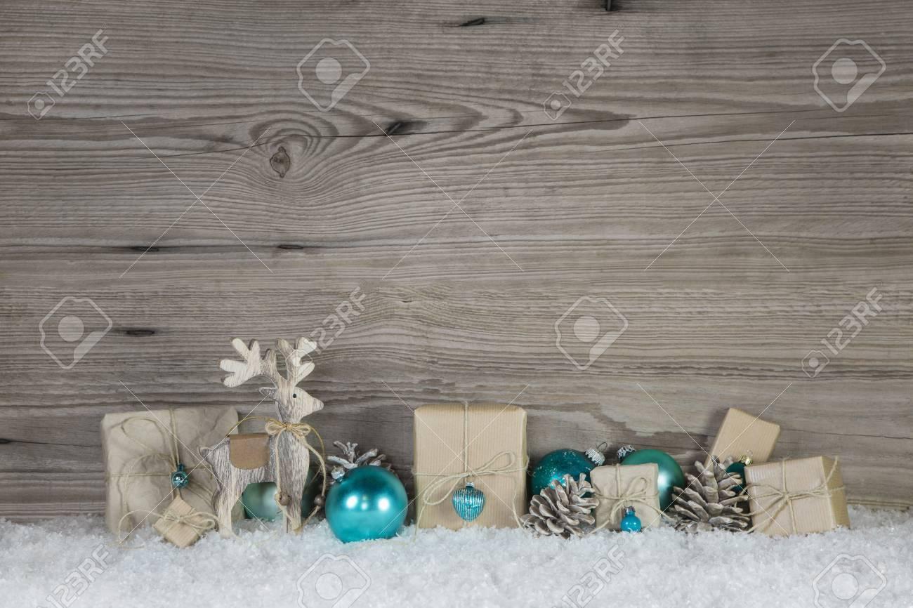 Standard Bild   Weihnachtsdekoration Aus Holz Und Papier In Beige, Braun,  Weiß Und Türkis Farben Auf Holz Schneebedeckten Hintergrund.