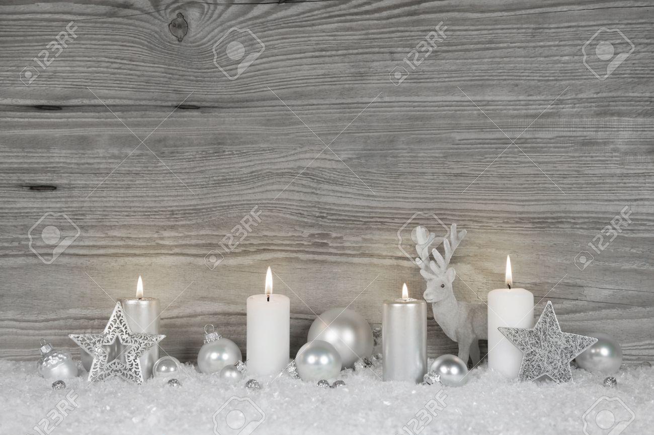 Shabby Chic Weihnachten Hintergrund In Grau, Weiß Und Silber Mit Zum  Brennen Adventskerzen Für Luxuriöse