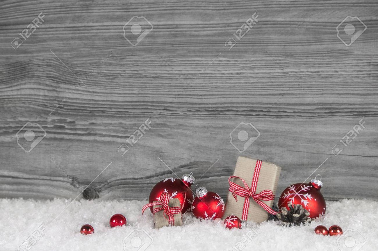 Red white checkered christmas presents on old grey wooden background for a gift certificate. Banque d'images - 47341562