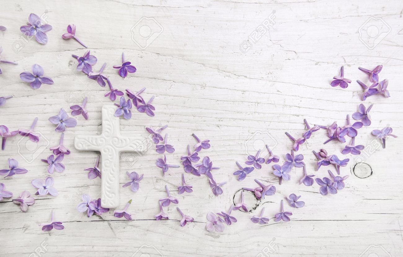 Cross and violet or purple lilac blossom on old wooden shabby background for a condolence card. Banque d'images - 51417414
