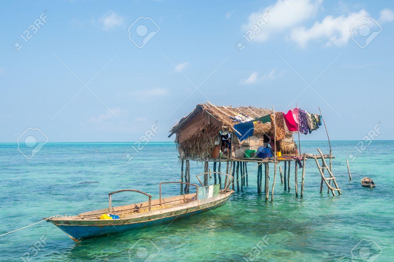 casa sea gypsy sobre pilotes en medio de la mar foto de archivo