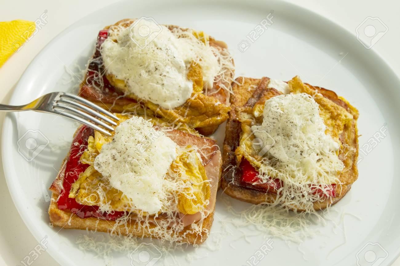 スクランブルエッグとハムとパルメザンチーズ
