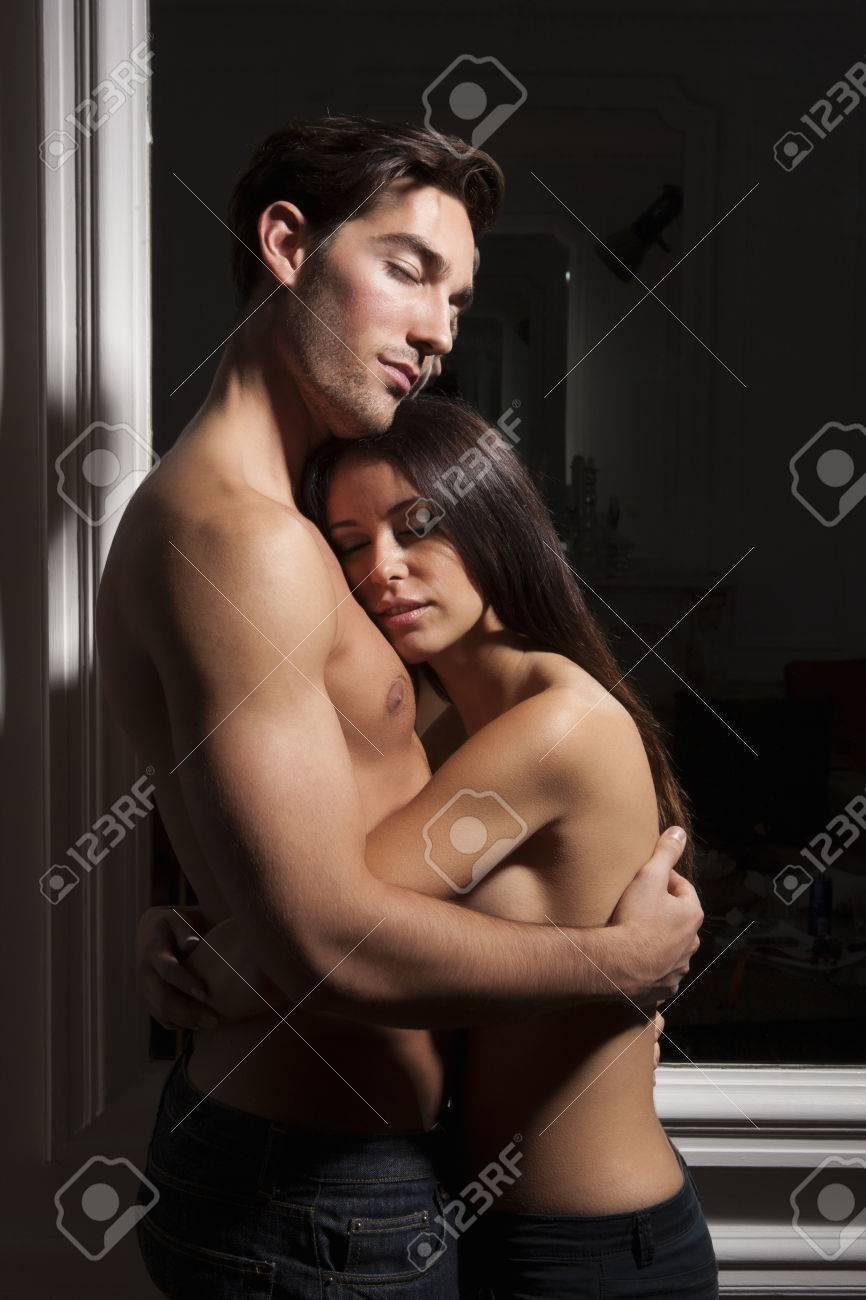 Couple Nu couple éloigné semi-nu banque d'images et photos libres de droits