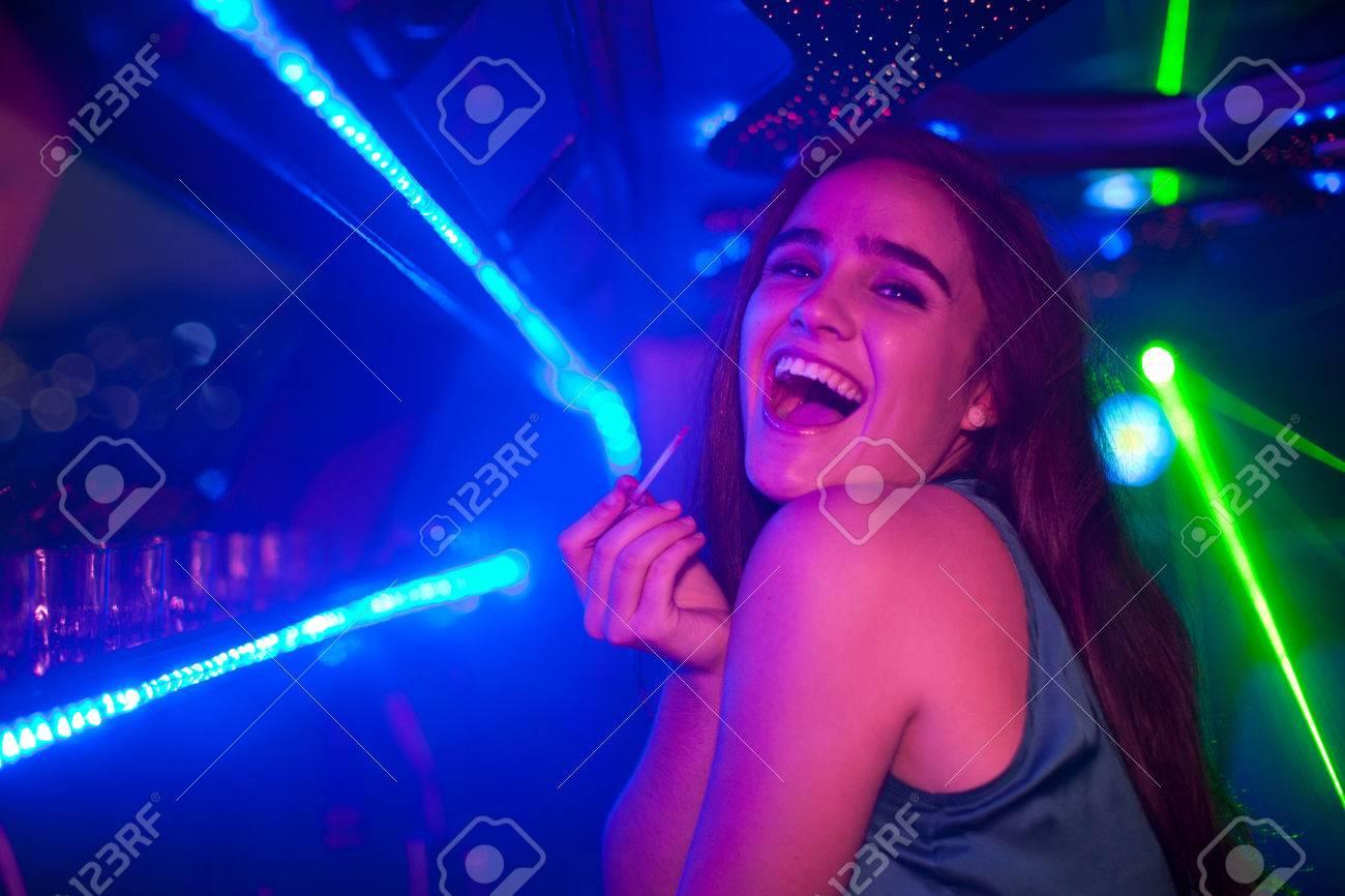 Mujer Joven Que Se Ríe De La Barra En El Club Nocturno Fotos ...