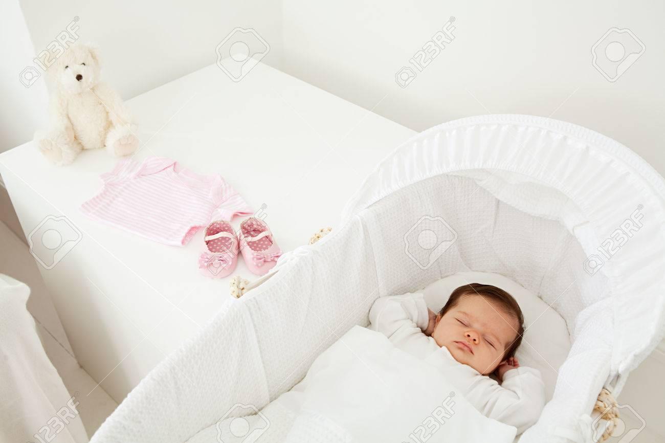 Bebé Durmiendo En Un Moisés Fotos, Retratos, Imágenes Y Fotografía ...