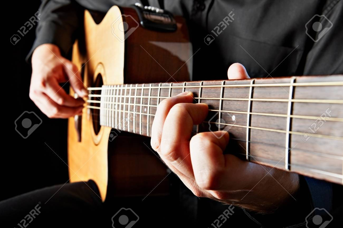 Cerca De La Persona Que Toca La Guitarra Clásica Fotos, Retratos ...