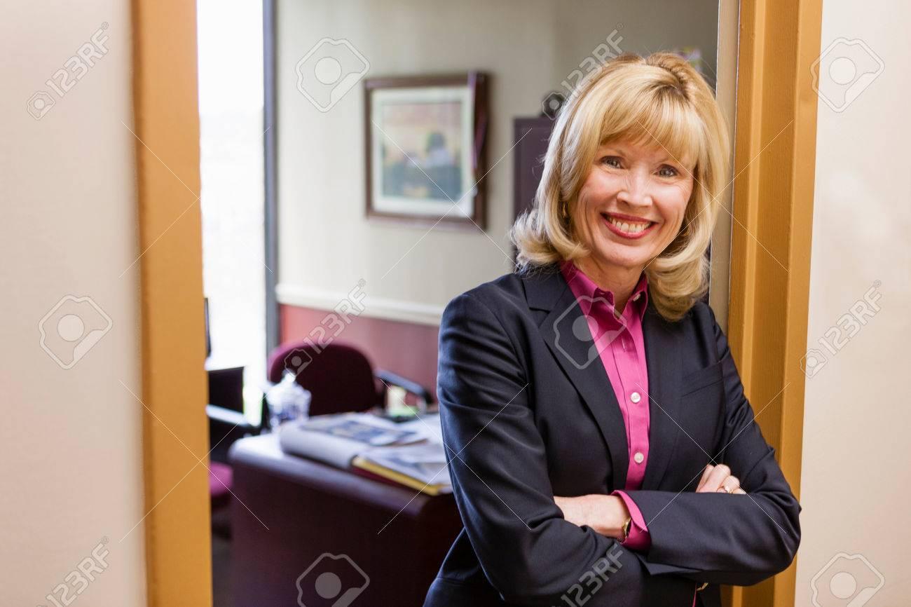 Portrait de femme mûre à lextérieur du bureau à la maison banque d