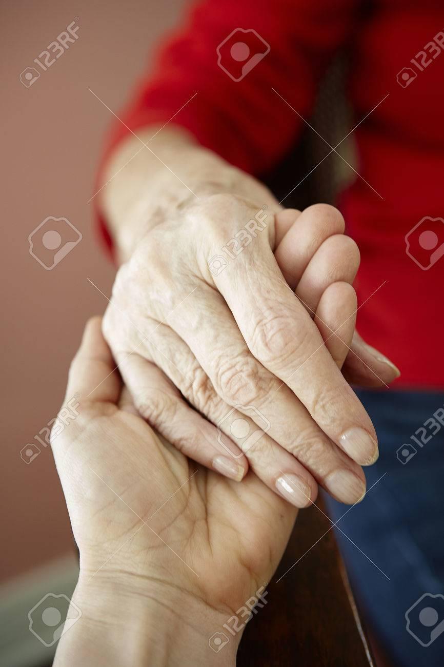 Abuelas Maduras cerca de mujer madura con mano de abuelas de 82 años