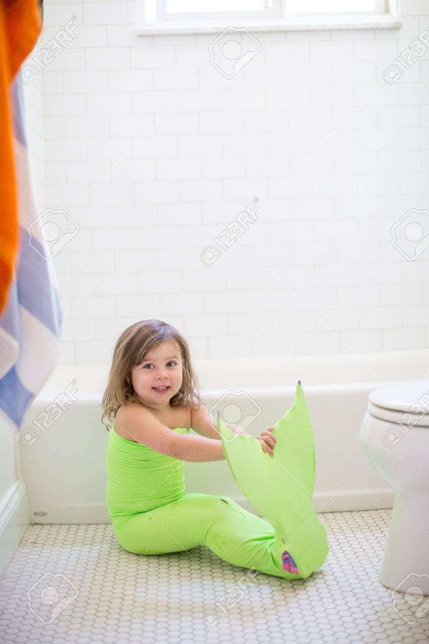 Portrait De Jeune Fille En Costume De Sirène Vert Lime Assis Sur Le ...