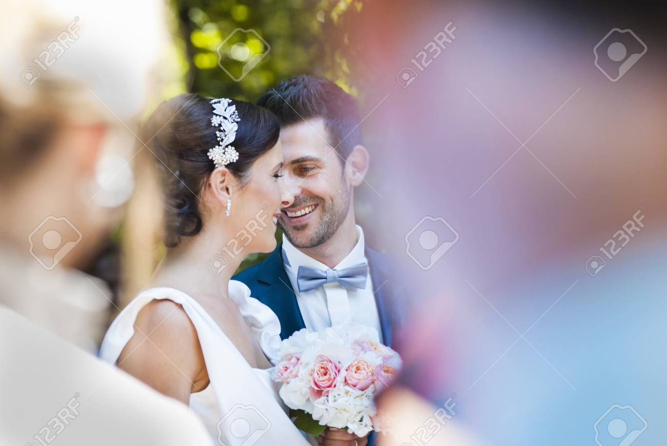 Mittlere Erwachsene Braut Und Brautigam Umgeben Von Den